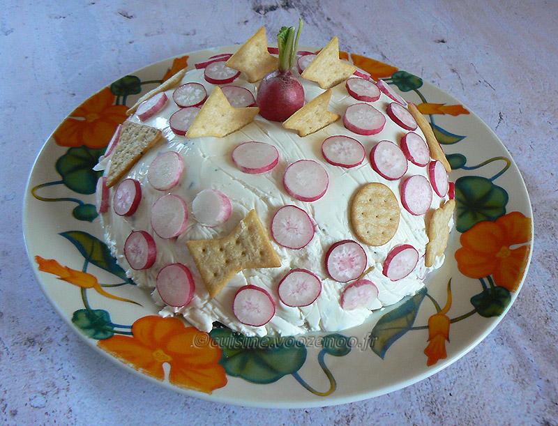 Charlotte au fromage frais, radis et crackers fin