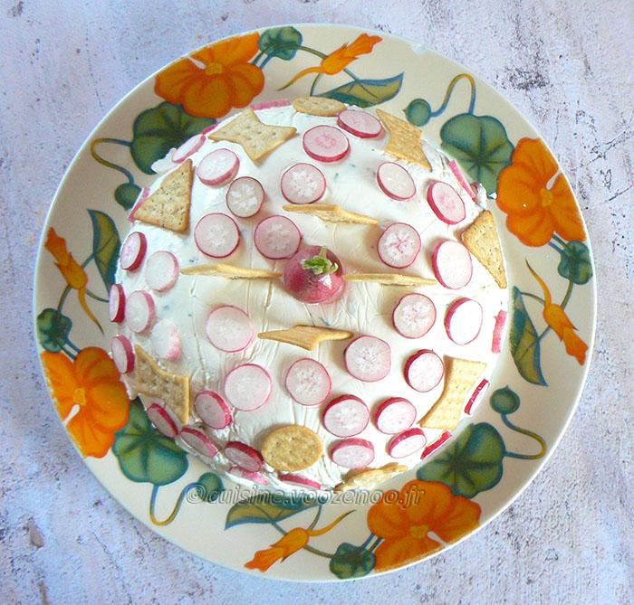 Charlotte au fromage frais, radis et crackers presentation