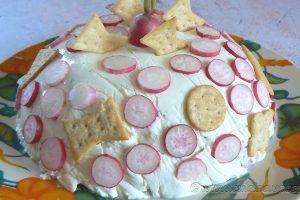 Charlotte au fromage frais, radis et crackers