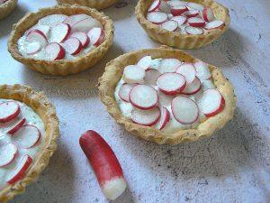 Tartelettes aux radis roses et fromage frais aux herbes fin