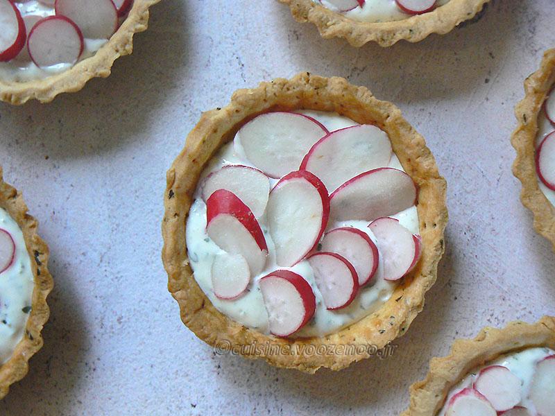 Tartelettes aux radis roses et fromage frais aux herbes fin2