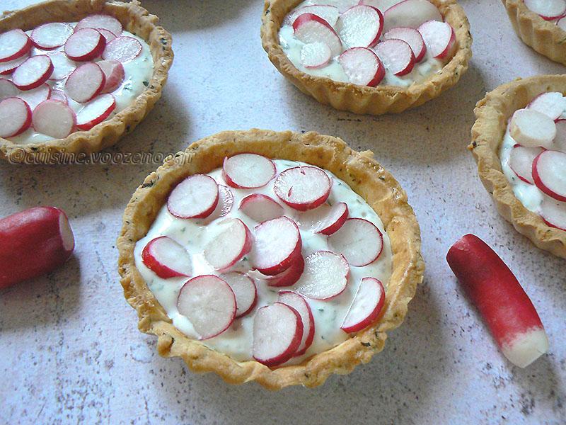 Tartelettes aux radis roses et fromage frais aux herbes fin3