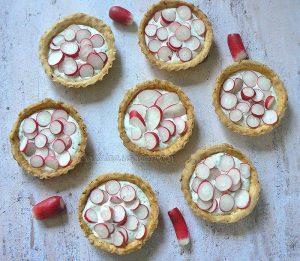 Tartelettes aux radis roses et fromage frais aux herbes presentation