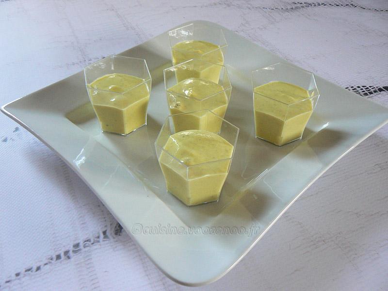 Velouté glacé de courgettes, fromage frais et curry presentation