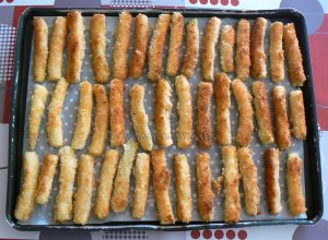 Bâtons de courgettes panés, saumon grillé et sauce au curry fin