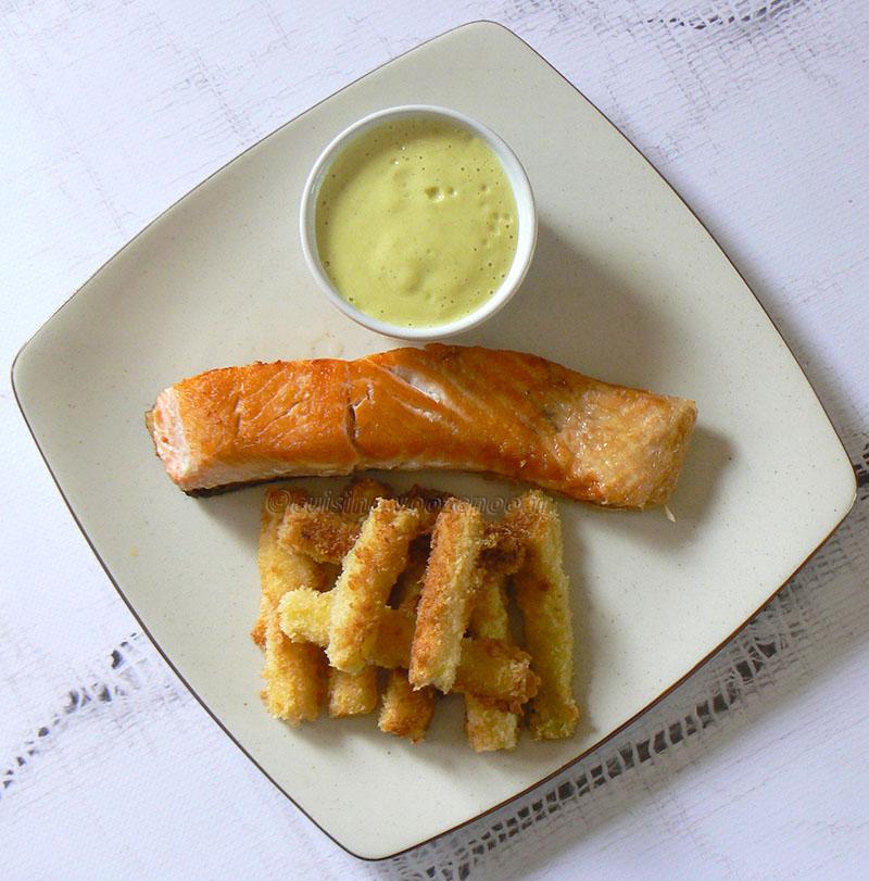 Bâtons de courgettes panés, saumon grillé et sauce au curry fin2
